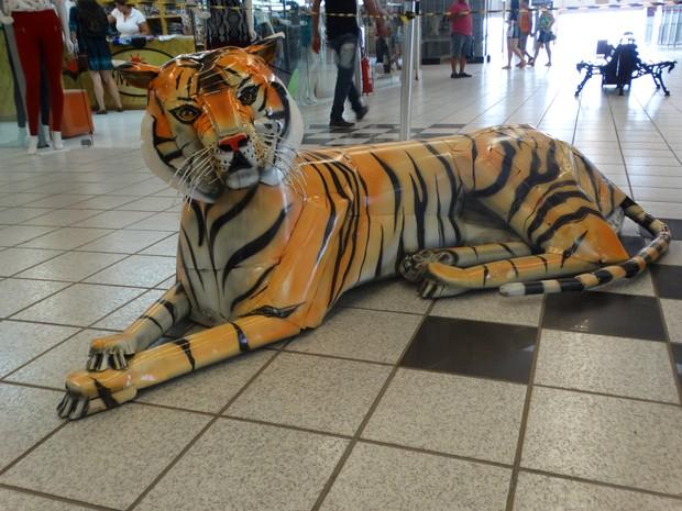Tigre feito de metal por Valmir Reginaldo (Foto: Paula Cavalcante/ G1)