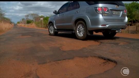 Motoristas se arriscam para desviar de buracos na PI-115, Norte do Piauí