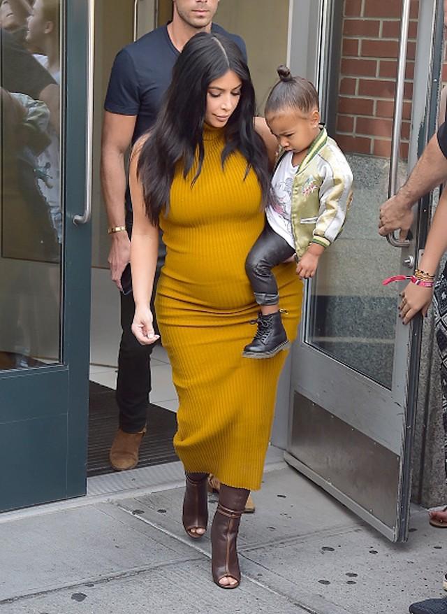 Kim Kardashian e North West em visita ao estúdio em que Kendall é fotografada para a Vogue Brasil em NY (Foto: Getty Images)