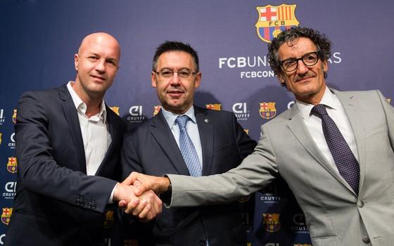 Jordi Cruyff, Josep Maria Bartomeu e Jordi Monés apresentam mestrado em gestão esportiva do Barcelona (Foto: Divulgação)
