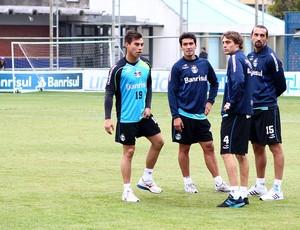 RIveros (C) treina normalmente com grupo do Grêmio (Foto: Lucas Uebel/Grêmio FBPA)