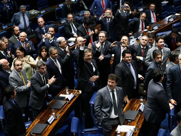 Senadores a favor do impeachment aplaudem após a votação que decidiu pela admissibilidade no Senado Federal, em Brasília (Foto: Marcelo Camargo/Agência Brasil)