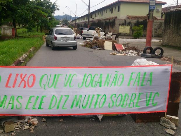 Via não foi totalmente bloqueada e carros puderam circular livremente na região (Foto: LG Rodrigues / G1)