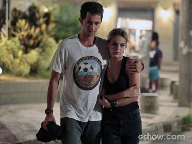 Ben leva Anita pra casa após incêndio (Foto: Pedro Curi / TV Globo)