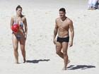 Yuri e a namorada jogam 'altinho' em praia do Rio