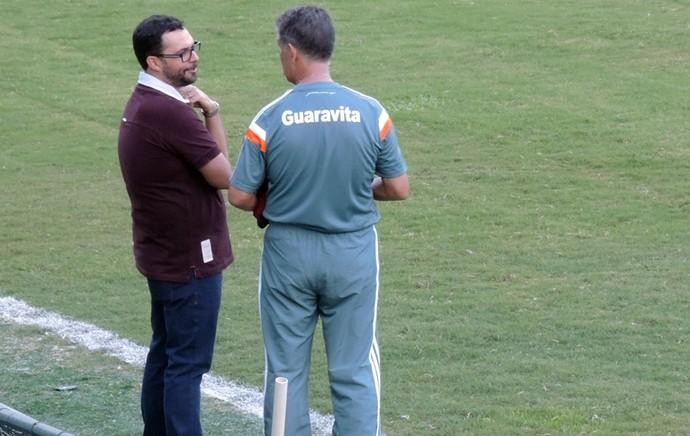 Treino Fluminense - Drubscky conversa com Mario Bittencourt (Foto: Sofia Miranda)