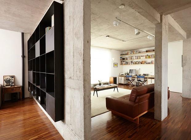 apartamento-arquitetos-flavia-torres-pedro-ivo-freire- sub-estudio-isabel-nassif-renata-pedrosa-industrial-estante (Foto: Tomás Cytrynowicz)