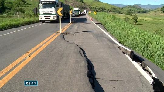 Motoristas reclamam de asfalto que cedeu na BR-259, no Norte do ES