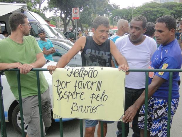 'Torcedores' de Bruno pedem a Felipão que espere pela liberdade do goleiro (Foto: Pedro Triginelli/G1)