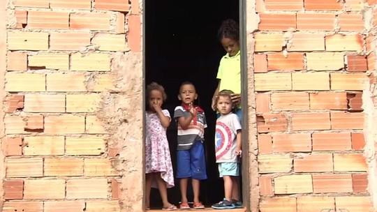 Mãe pede ajuda para voltar a morar com filhos após incêndio destruir casa