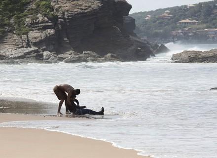 Tiago entra no mar e salva Mario