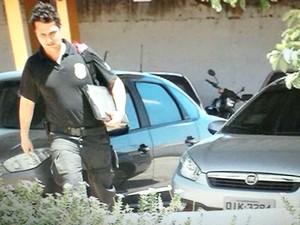 Policial federal leva documentos apreendidos para sede em Juazeiro do Norte (Foto: Reprodução/TV Verdes Mares)