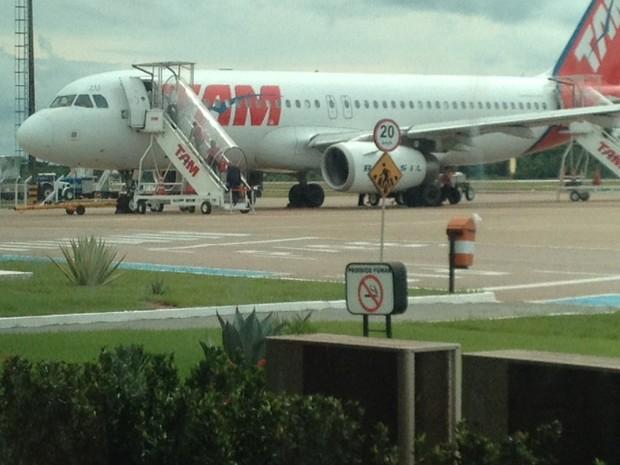 Avião embarcou por volta de 14h neste domingo (16), após incidente (Foto: Ísis Capistrano/G1)