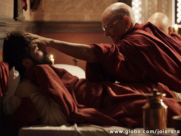 Ananda Rinpoche vai resgatar Franz nas montanhas e salvar a vida do alpinista (Foto: Joia Rara / Tv Globo)