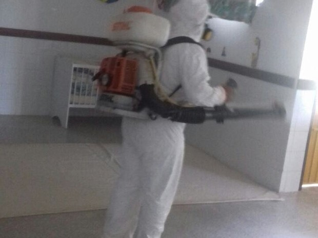 Equipe de higienização iniciou os trabalhos na creche neste sábado (18) (Foto: Divulgação/Prefeitura)