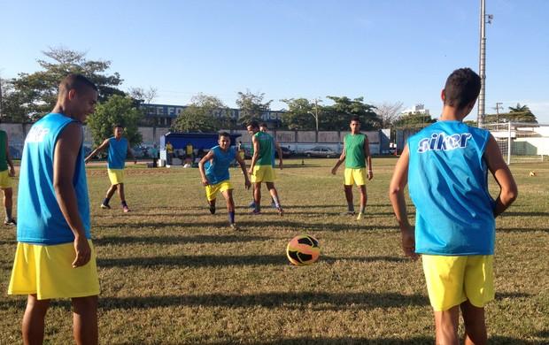 Elenco do Genus em preparação para treino (Foto: Michele Carvalho)