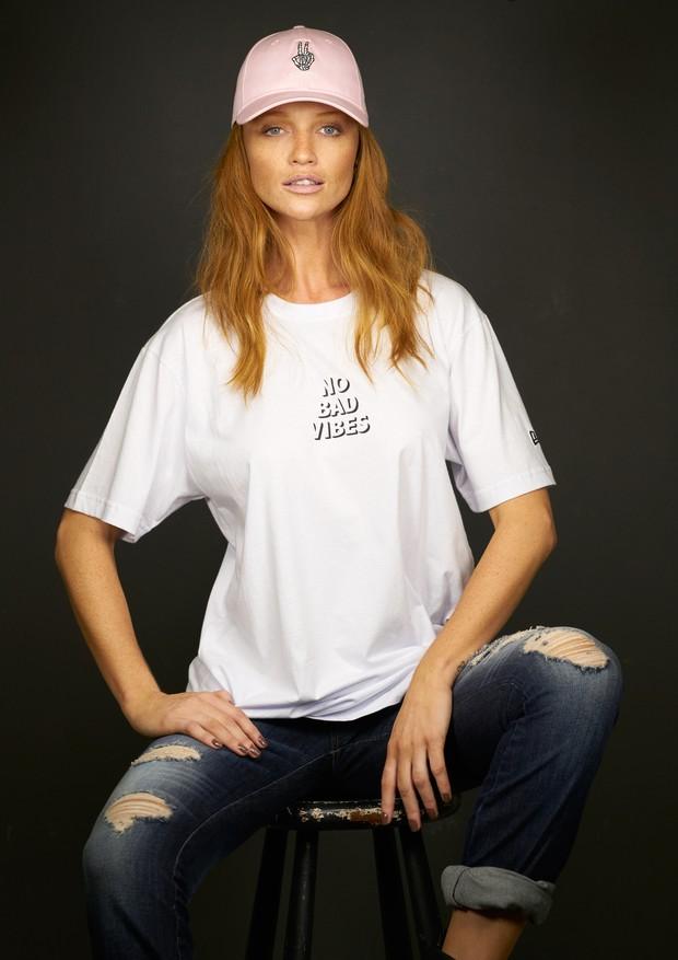 Cintia Dicker estrela campanha de verão 2018 da New Era (Foto: Divulgação)