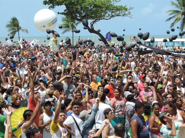G1 - Parada da Diversidade atrai multidão a Boa Viagem, na