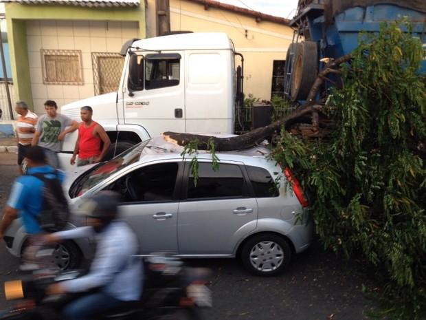 Acidente deixou a Avenida Felizardo Moura interditada (Foto: Luís Bezerra/Inter TV Cabugi)