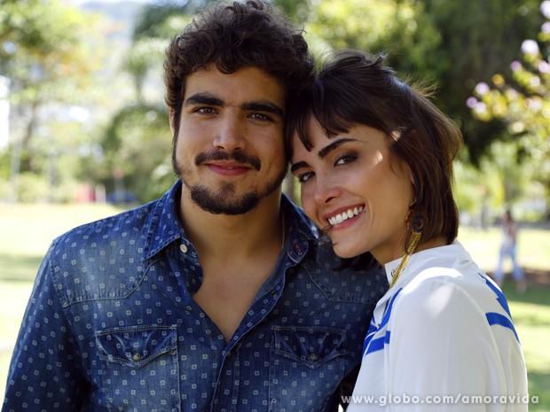 Caio Castro e Maria Casadevall posam juntos no intervalo de gravação (Foto: Amor à Vida / TV Globo)