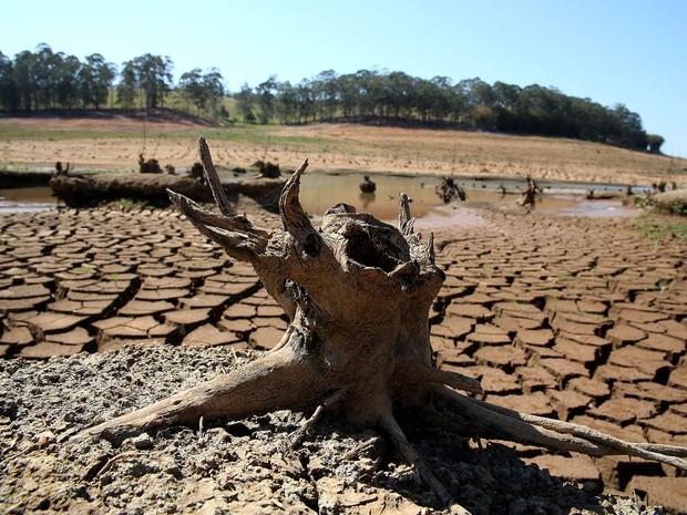 Represa Jaguari-Jacareí na cidade de Vargem, no interior de São Paulo, onde o índice que mede o volume de água armazenado no Sistema Cantareira é de apenas 5,3% da capacidade total (Foto: Luis Moura/Estadão Conteúdo)