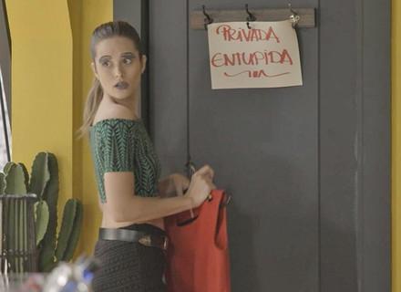 Cassandra sabota Eliza e tranca ruiva no banheiro em primeira prova do Garota Totalmente D+