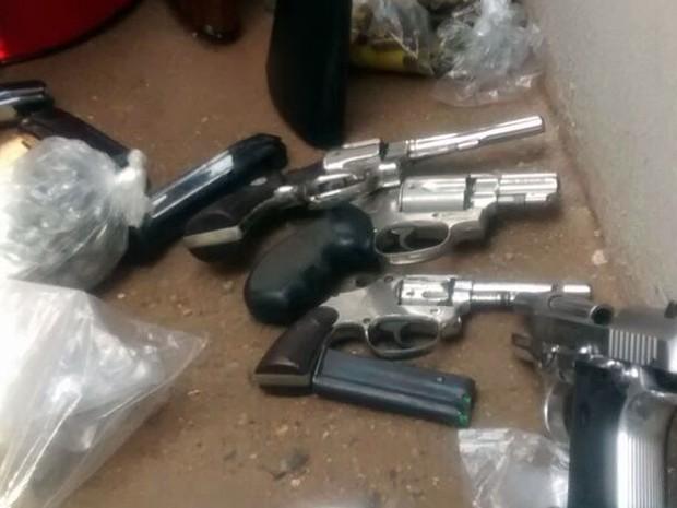 Armas apreendidas com suspeito de integrar quadrilha especializada em roubo no DF (Foto: Polícia Militar/Divulgação)