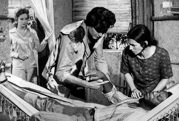 Lara (Glória Menezes), João (Tarcísio Meira), Cema (Suzana Faini) e Brás (Milton Gonçalves) em Irmãos Coragem