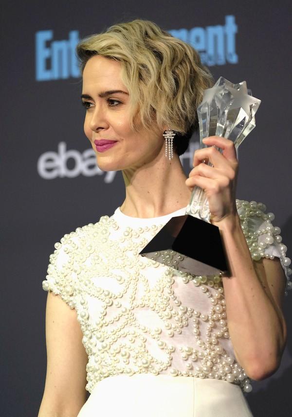 A atriz Sarah Paulson com seu troféu do Critics' Choice Awards (Foto: Getty Images)