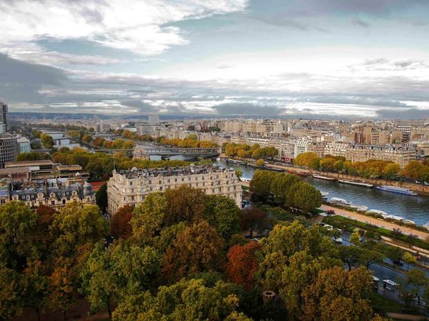 Árvores começam a mostrar as cores do outono em vista aérea que mostra o Rio Sena em Paris, na França (Foto: Jacky Naegelen/Reuters)