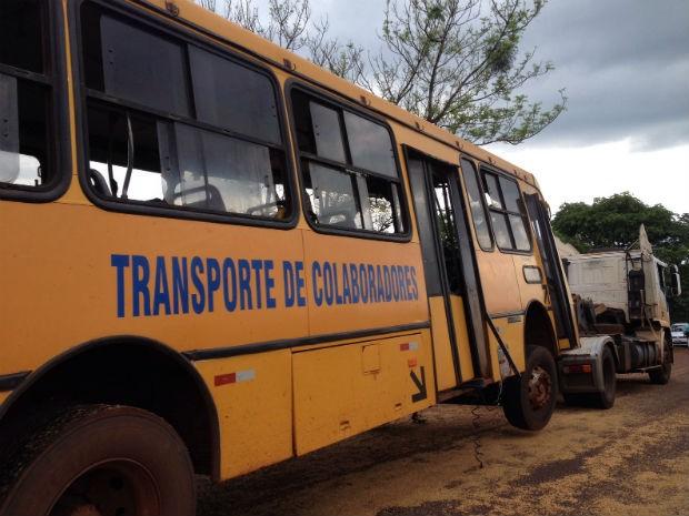 O outro ônibus tentou desviar do acidente e saiu da pista (Foto: Gesli Franco / RPC)