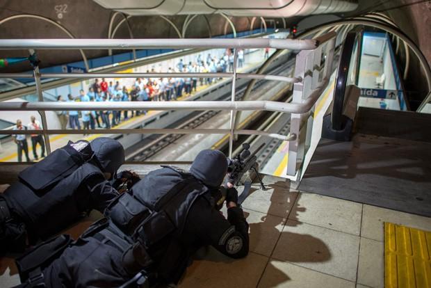 Policiais se posicionam durante simulação de ataque em metrô no Rio de Janeiro (Foto: Christophe Simon/AFP)