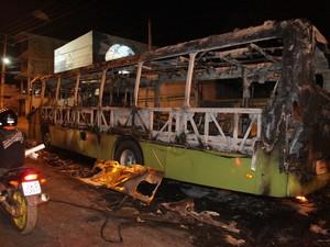 Ônibus incendiado no bairro João Paulo (Foto: De Jesus/O Estado)