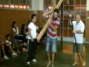 grupo Nova Jerusalém Divinópolis MG encenação Paixão de Cristo (Foto: Reprodução/TV Integração)