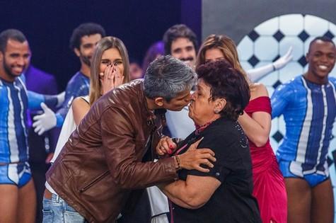 Otaviano Costa beija Dulce no palco do 'Amor & sexo' (Foto: Artur Meninea/Gshow)
