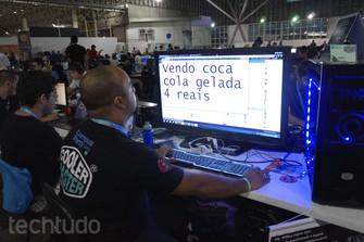 """Campuseiros dão """"jeitinho"""" para fugir do calor na Campus Party em 2014 em São Paulo (Foto: Melissa Cruz)"""