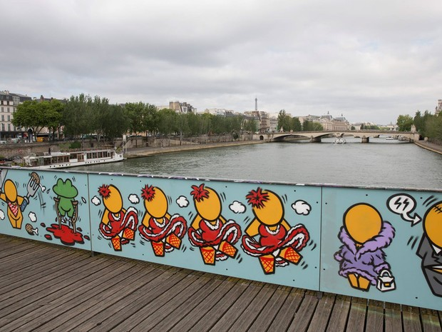Uma exposição temporária é vista no lugar dos 'cadeados do amor' na Pont des Arts em Paris, na França. Cerca de 1 milhão de cadeados que pesavam cerca de 45 toneladas foram retirados da ponte na segunda-feira (1º) (Foto: Sophie Robichon/Maire de Paris)