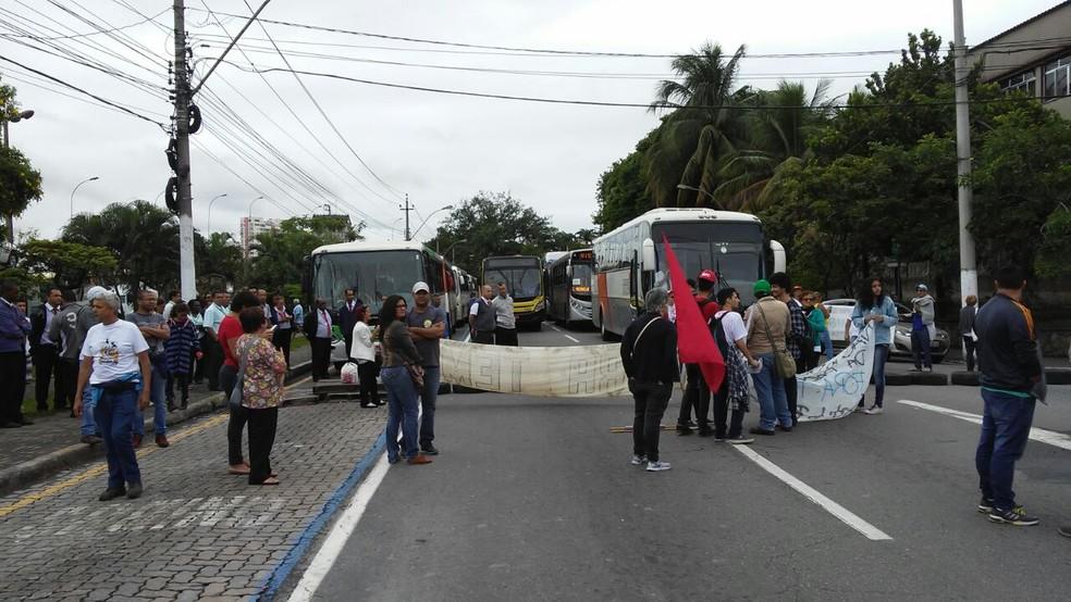 Vias bloqueadas na Vila Santa Cecília em Volta Redonda (Foto: Renan Tolentino/TV Rio Sul)