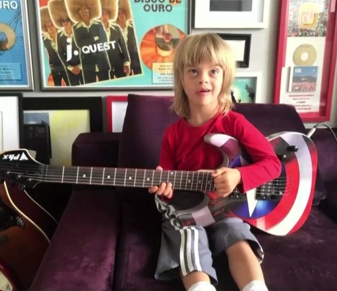 Theo, filho de Marco Tulio, já mostra interesse pela música (Foto: É de Casa / TV Globo)