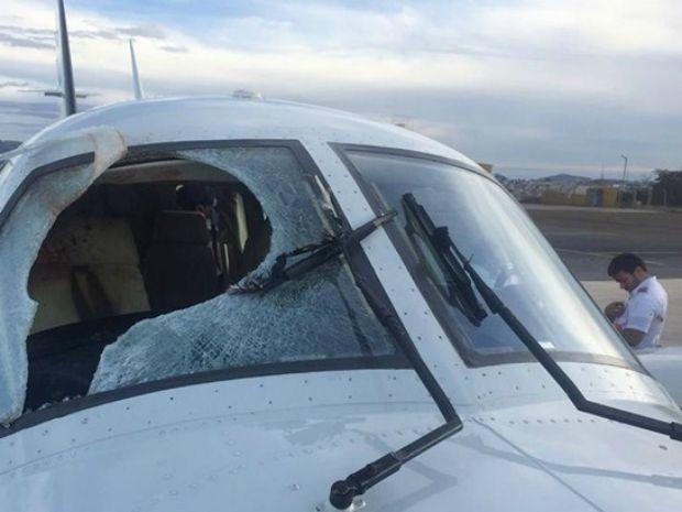 Avião teve para-brisa destruído em pleno voo e seguiu rota (Foto: Diário do Sertão)