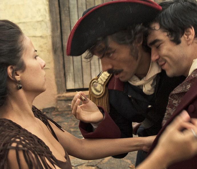Prontamente, Joaquina vai 'resgatar' o irmão, e escuta as explicações de Tolentino, que também está embriagado (Foto: TV Globo)
