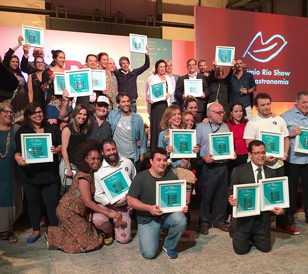 Os vencedores da 6ª edição do Prêmio Rio Show de Gastronomia exibem o troféu com garfinhos, símbolo da boa mesa carioca (Foto: Patricia Oyama/Editora Globo)