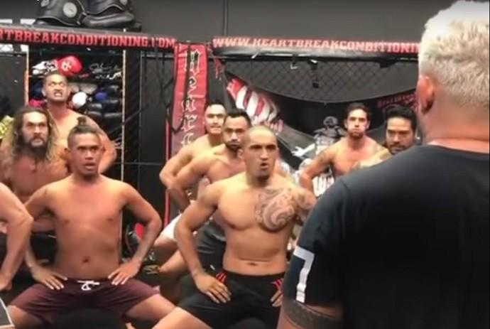 """BLOG: Jason Momoa e equipe fazem """"haka"""" para incentivar Mark Hunt antes de luta no UFC"""