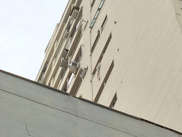 Outro rapaz teria tentado fugir do local da morte pela janela, utilizando lençol (Foto: Fernanda Rouvenat/G1)