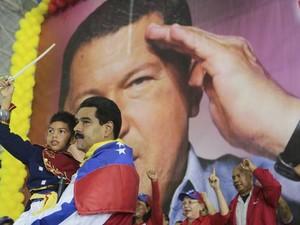 Nicolás Maduro: patriotismo em comício (Foto: O Globo)