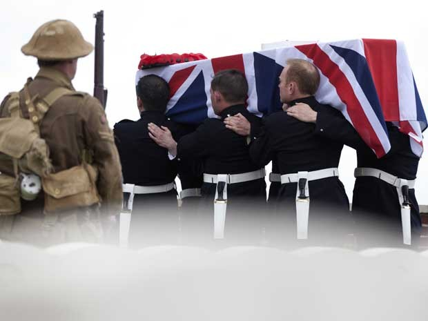 Homem vestido de soldado da 1ª Guerra Mundial assiste enterro de Pritchard (Foto: AP)