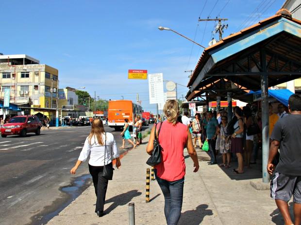 Passageiros e vendedores, que estão pontos de ônibus improvisados, reclamam do atraso das obras do T2 (Foto: Adneison Severiano/G1 AM)