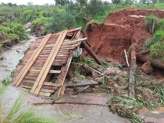 Uma das dez pontes que foram destruídas em razão das chuvas fortes em Iguatemi (Foto: Divulgação/Defesa Civil Estadual)
