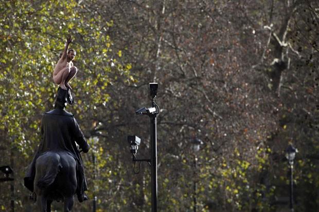 Em novembro, homem nu causou grande espanto no centro de Londres, na Inglaterra, ao se exibir em estátua (Foto: Stefan Wermuth/Reuters)