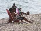 Bruno Gissoni curte praia aos beijos com atriz de 'Salve Jorge': 'É namoro'